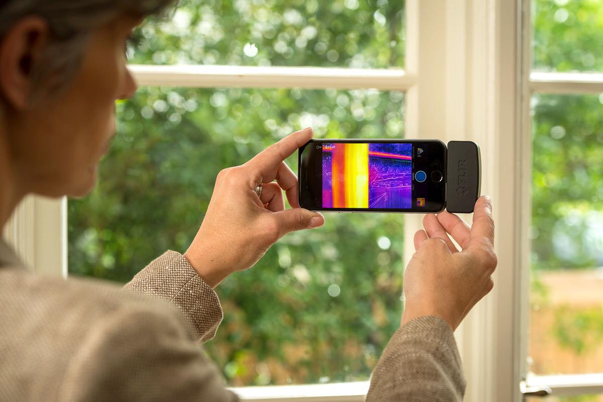 Isolering ved et vindue kontrolleres med et Flir One kamera til iphone
