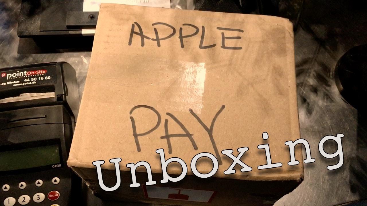 I denne video unboxer jeg det grej der skal til for at kunne modtage Apple Pay i en butik i Danmark i dag.